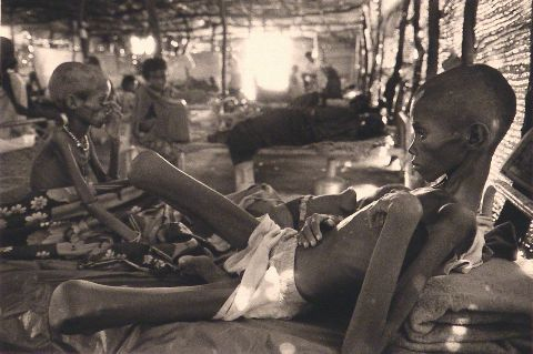 SEBASTIAO SALGADO, Children in the camp of Wad Sherifay, fotografia