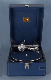 Gramofono 'His Master's Voice' The Gramohone Company Ltd. Mayes - Middlesex. Caja con estuche original con puas.