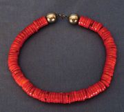 Collar de chaquiras rojas.